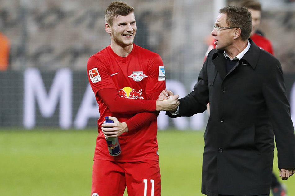 """Ralf Rangnick (r.) und Timo Werner haben ein ganz besonders enges Verhältnis. Für den Sportdirektor ist der Angreifer wie ein """"Ziehsohn""""."""