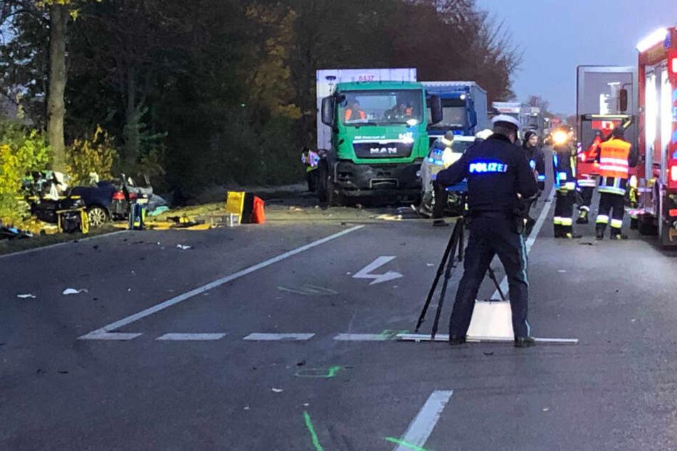 Ein 20 Jahre alter Autofahrer ist bei einem Unfall auf der Bundesstraße 16 in Bayern gestorben.