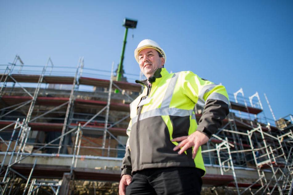 Bauleiter Matthias Gundler steht an der alten Ringmauer.
