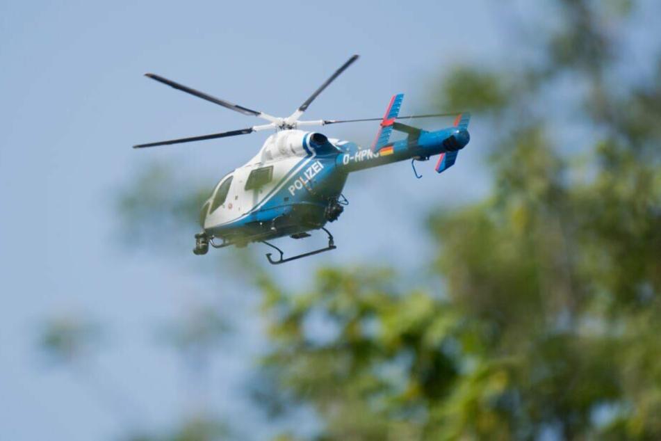 Die Polizei suchte mit einem Hubschrauber nach der vermissten Frau.
