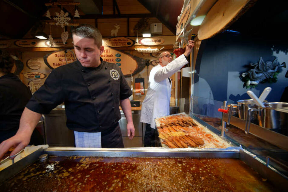 Kontrolleur Oliver Meier checkt den Bratwurststand auf dem Weihnachtsmarkt am Kölner Neumarkt.