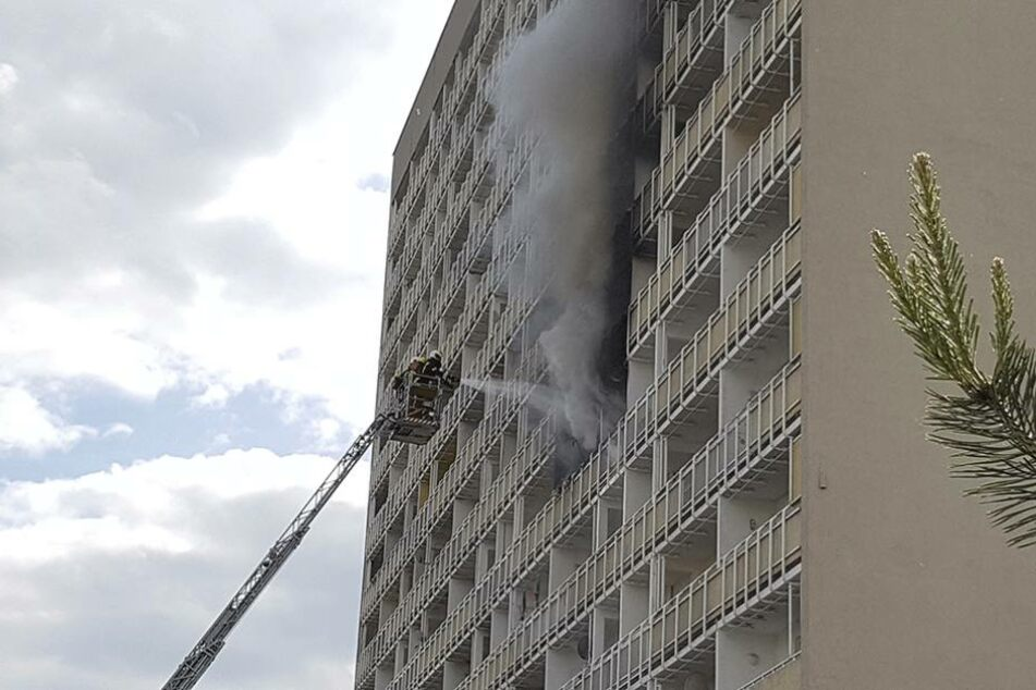 Dicke Rauchwolken kommen aus den Fenstern in der 4. und 5. Etage.