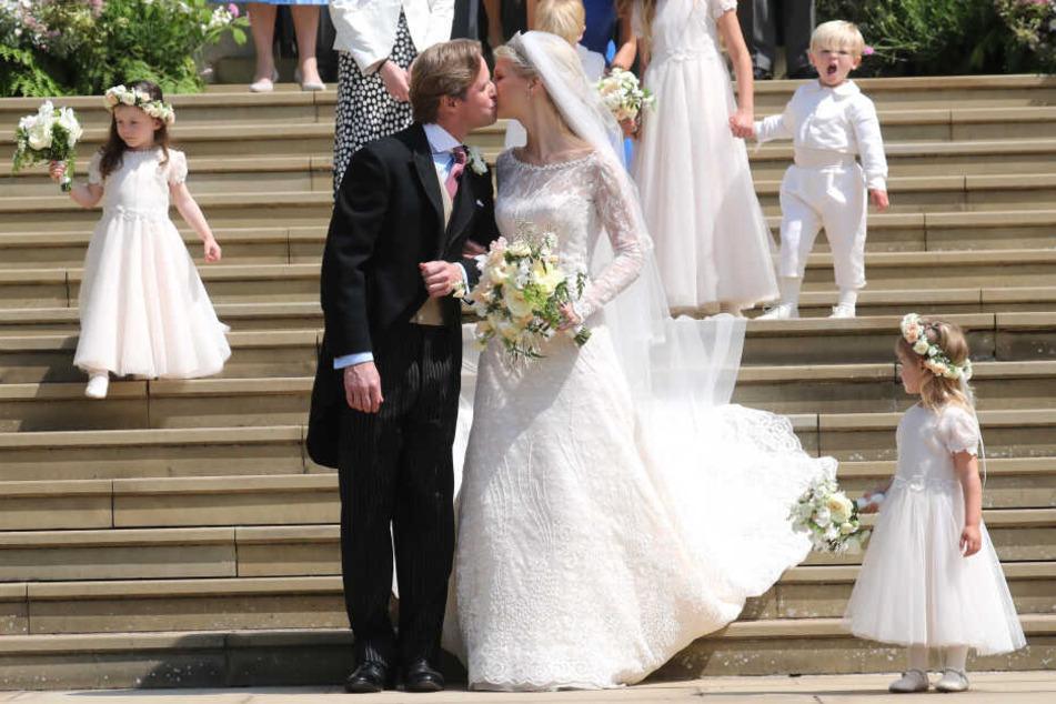 Die frischvermählten Thomas Kingston (l) und Lady Gabriella Windsor küssen sich auf den Stufen der Windsor Chapel nach ihrer Hochzeit.
