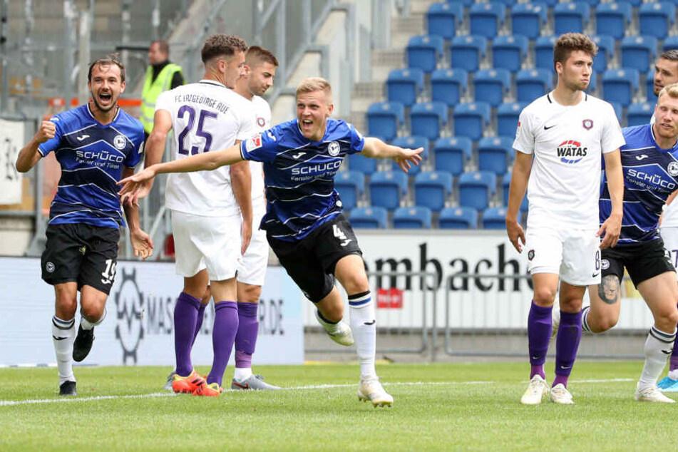 Tor für Bielefeld: Joakim Nilsson jubelt über seinen Treffer.