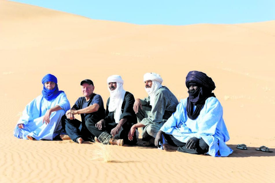 Frank Schulz (60) liebt die Kälte so sehr wie die Hitze - mit Beduinen sitzt der Reiseveranstalter in der algerischen Wüste.