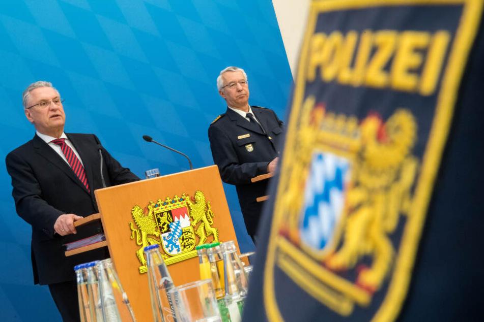 Joachim Herrmann (l., CSU), Innenminister von Bayern und Wilhelm Schmidbauer, bayerischer Landespolizeipräsident bei der Pressekonferenz zur Vorstellung der bayerischen Kriminalstatistik in München. (Archivbild)