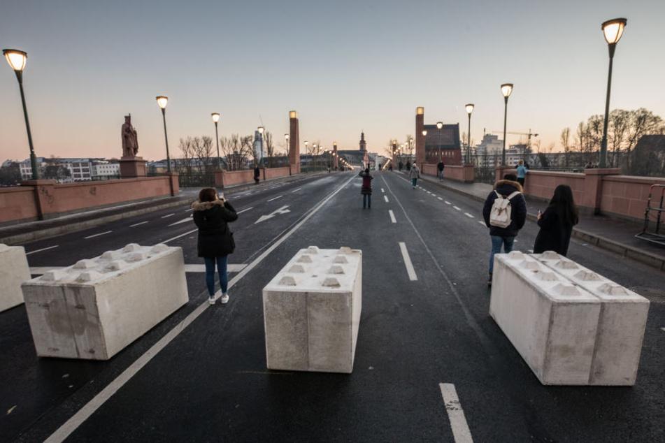 Diese Betonpoller sollen die Feiernden in Frankfurt/Main schützen.