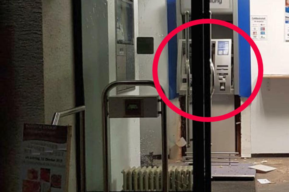 Das Foto zeigt den gesprengten Geldautomaten in Bad Nauheim.