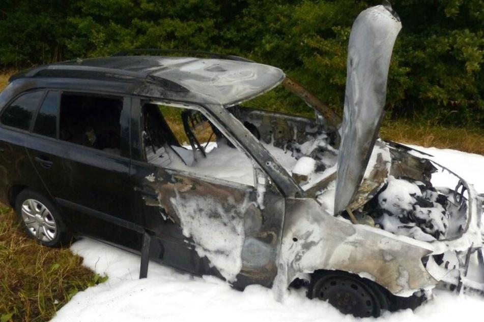 Während der Fahrt: Wagen geht komplett in Flammen auf