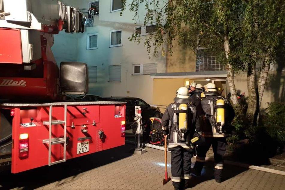 Die Feuerwehr musste einen Bewohner mit Kind mit der Drehleiter aus der Wohnung retten.