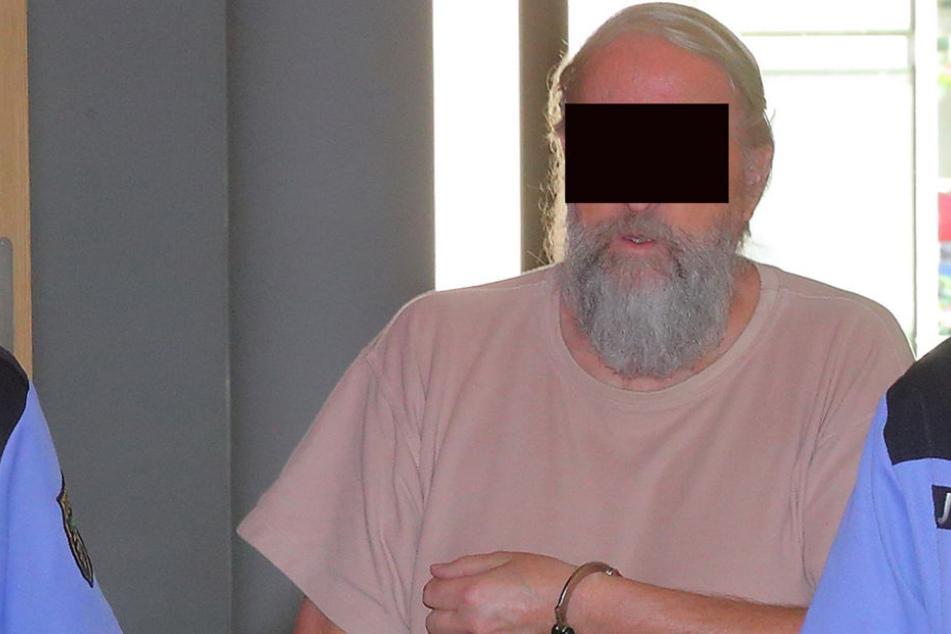 Das Disziplinarverfahren gegen den Regierungsoberrat außer Dienst Peter E. (71) wurde bis zum Ende des Strafprozesses ausgesetzt.