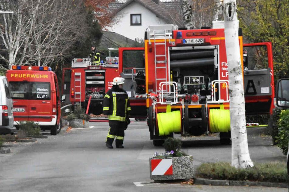 Gleich mehrere Feuerwehrautos machten sich auf den Weg zum Einsatzort.
