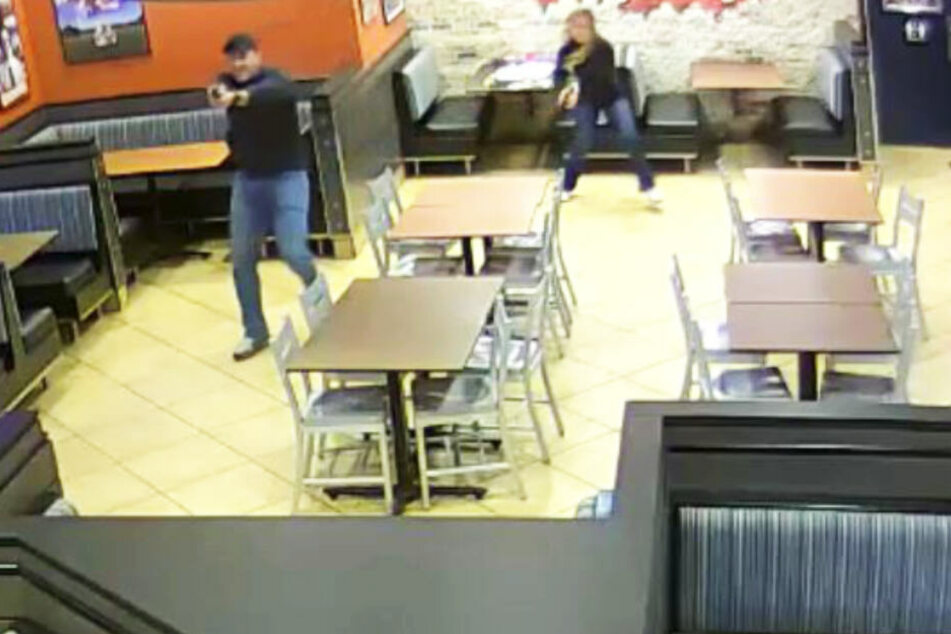 Die Polizisten stürmten sofort los, als sie sahen, dass der Räuber eine Waffe hat.