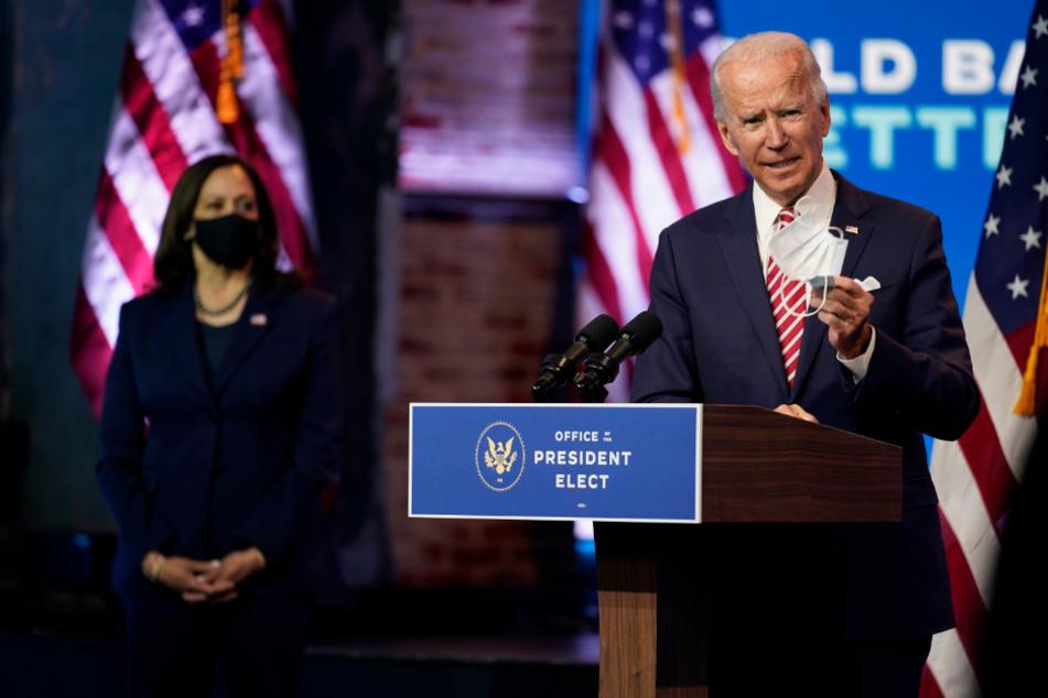 Joe Biden, begleitet von Kamala Harris, spricht bei einer Pressekonferenz im The Queen Theatre über die Wirtschaftslage während der Corona-Pandemie.