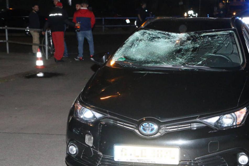 Auto erfasst Fahrradfahrer: Anschließend versammeln sich mehrere Bekannte des Unfall-Fahrers
