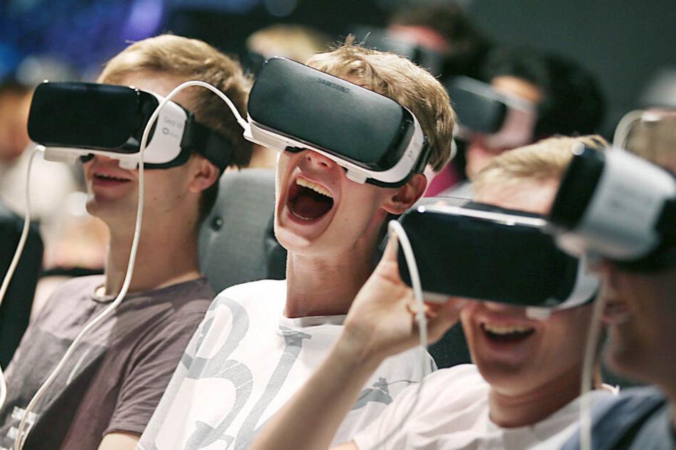 Besucher der Gamescom erleben mit VR-Brillen die virtuelle Realität.