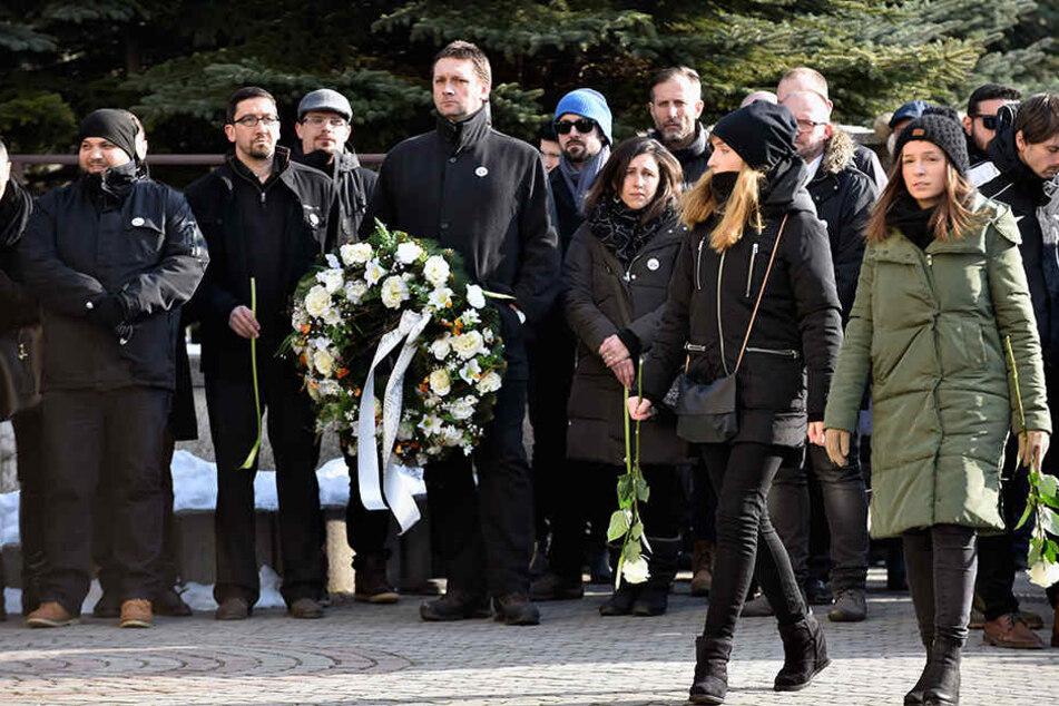 Trauergäste treffen sich zum Gottesdienst zum Gedenken an den toten Journalisten Jan Kuciak in der Kirche des Heiligen Franz von Assisi.
