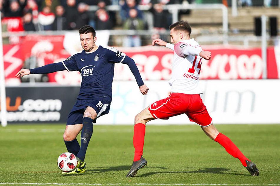 Davy Frick (l.) im Spiel bei Fortuna Köln im Zweikampf mit Michael Eberwein, der das 1:0-Siegtor für die Rheinländer erzielte.