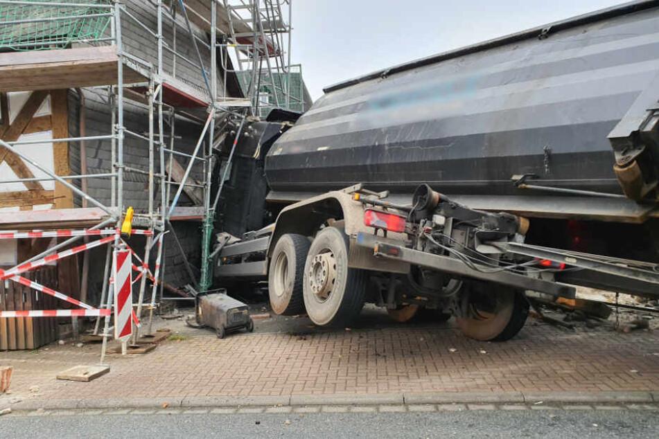 An einem Gerüst kam der Lastwagen schließlich zum Stehen (Symbolfoto).