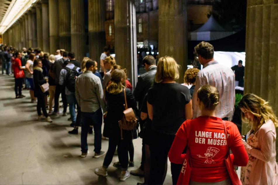 Besucher warten vor dem Neuen Museum in Berlin während der Langen Nacht der Museen.