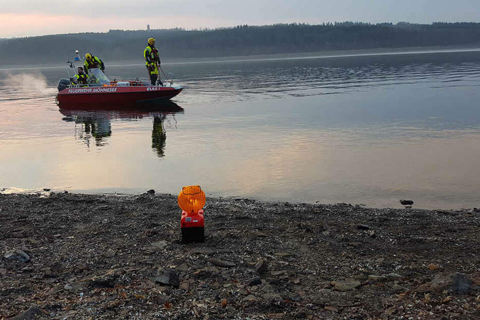 Die Feuerwehr Möhnesee ist mit der Bergung des VW Bora beschäftigt. (Bild: Kreispolizeibehörde Soest)