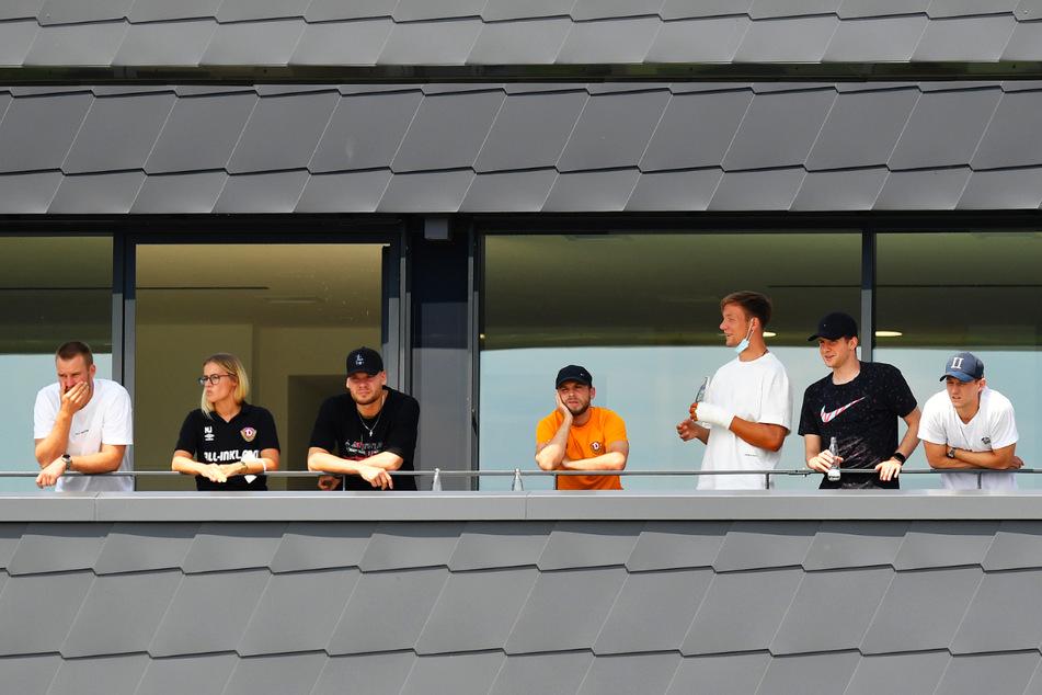Von links nach rechts: Sebastian Mai (27), Teammanagerin Marie Jenhardt (31), Kevin Ehlers (20), Justin Löwe (22), Tim Knipping (28), Patrick Weihrauch (27) und Robin Becker (24) verfolgten die Partie gegen Stettin als Zuschauer.