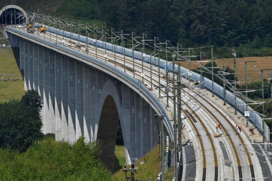 Für die Trasse durch den Thüringer Wald mussten 22 Tunnel und 29 Brücken gebaut werden.