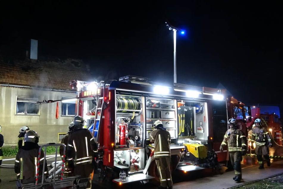 Haus steht komplett in Flammen: Feuerwehr findet leblose Person