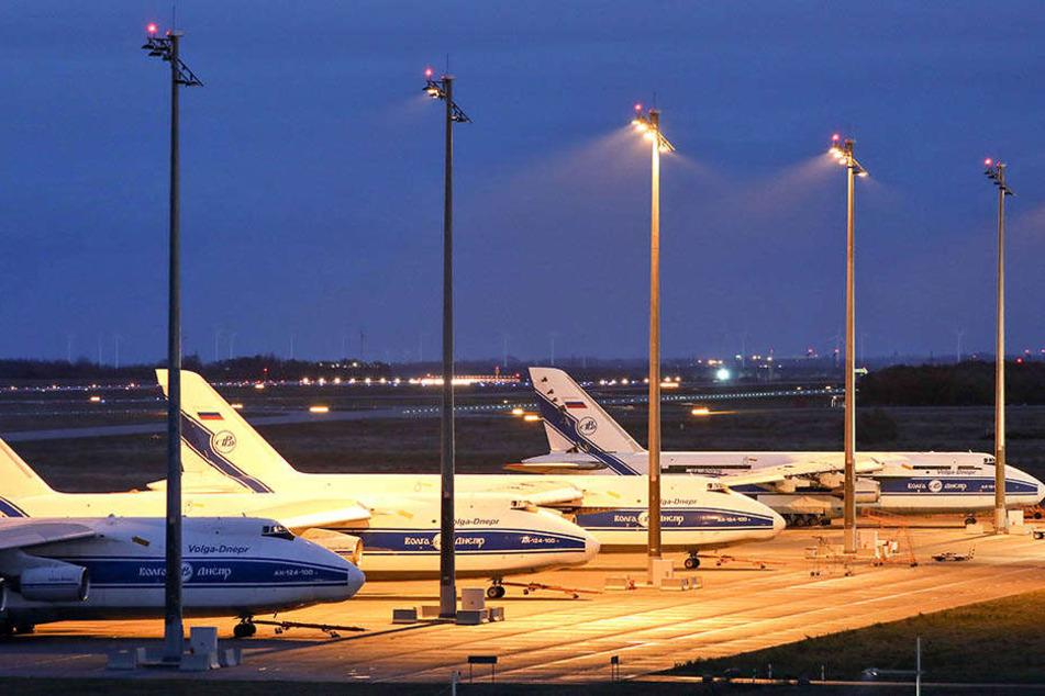 Da im gemieteten Hangar inzwischen der Platz knapp wurde, steht eine Antonow auch auf der alten Start- und Landebahn des Flughafens.