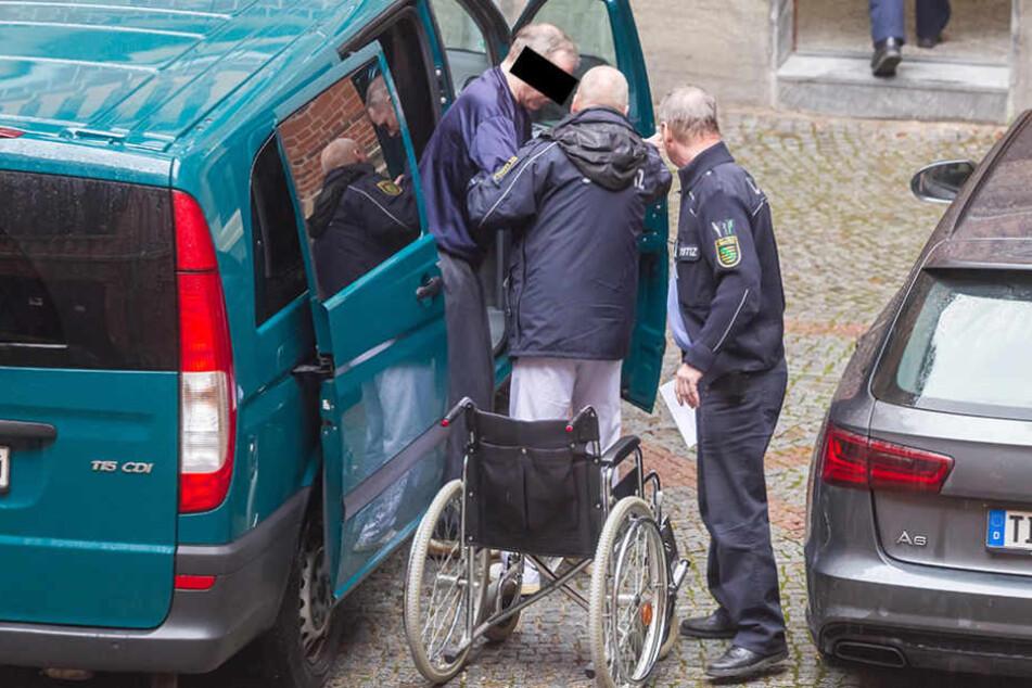 Der Killer zog sein Opfer vom Simson-Moped, vergewaltigte und ermordete die  Frau.