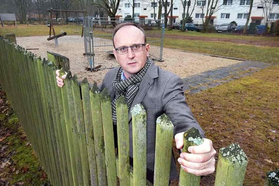 Jörg Vieweg (47, SPD) kann es nicht glauben: Statt maroder Spielgeräte will die Stadt Chemnitz erst mal den Zaun ersetzen.