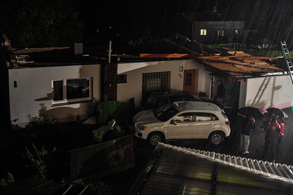 Orkanböen deckten Dächer ab.