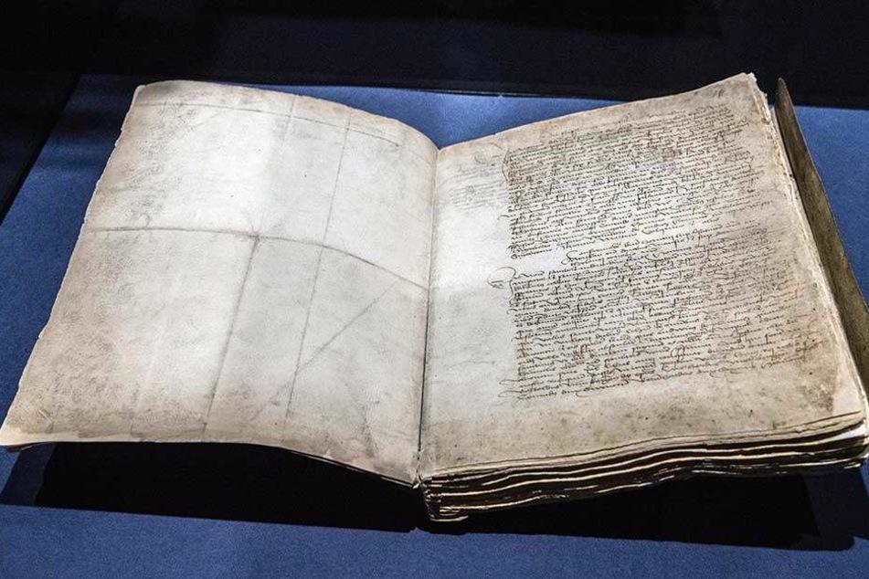 Zwickaus Ersterwähnung als Abschrift in einem Kopialbuch aus dem 15. Jahrhundert. Es ist das wertvollste Artefakt der Sonderausstellung.