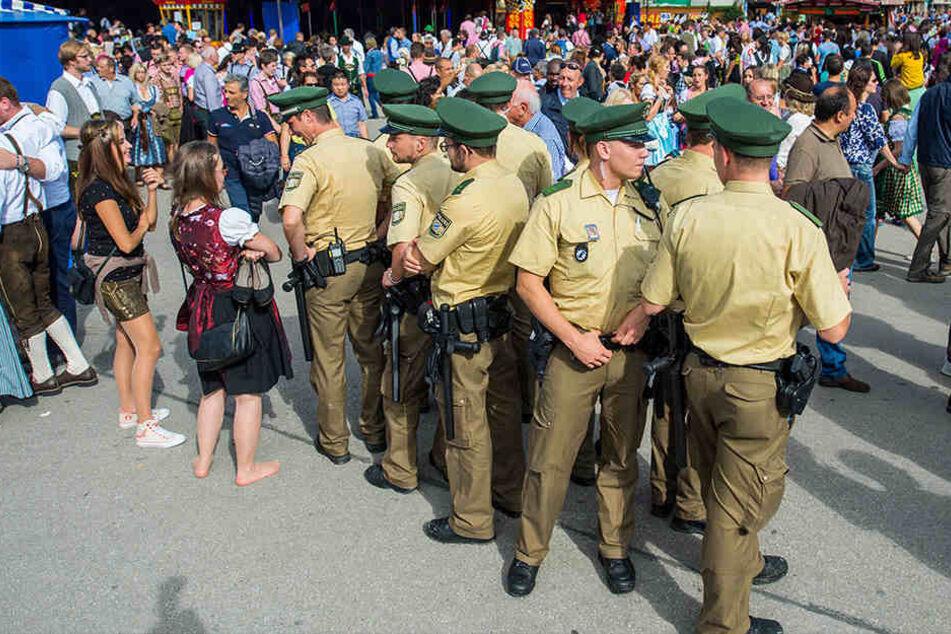 Mit einem Rucksackverbot, Personenkontrollen und einem mobilen Zaun am Rand des Wiesn-Geländes hat Stadt München bereits 2014 die Sicherheit auf dem Oktoberfest erhöht.