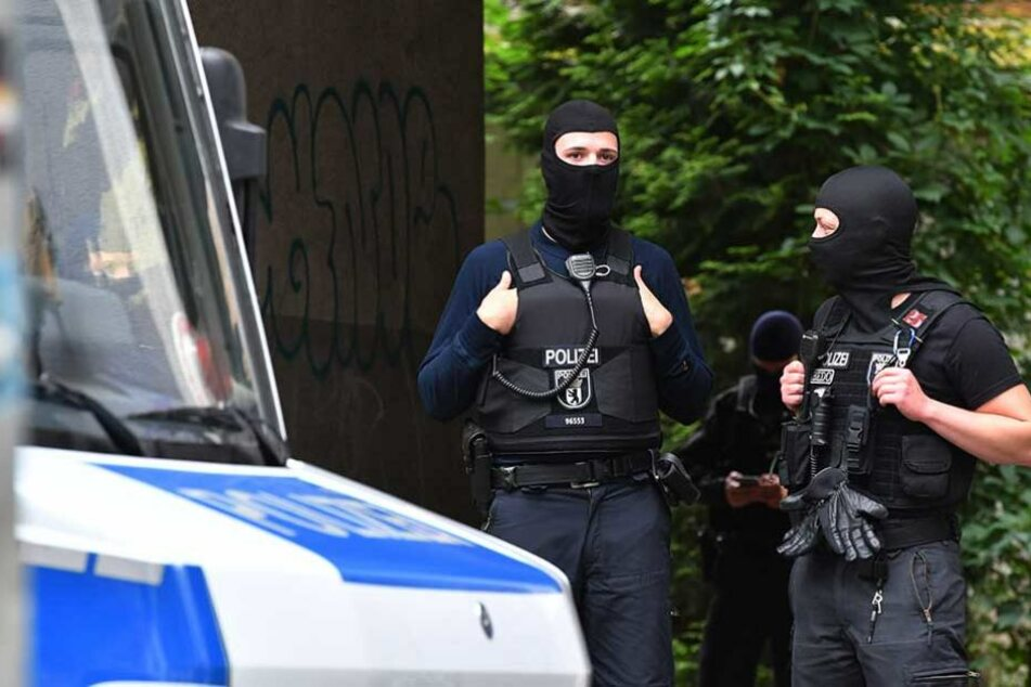 Polizisten durchsuchten in der Nacht mehreren Objekte in Berlin nach Waffen (Symbolbild).