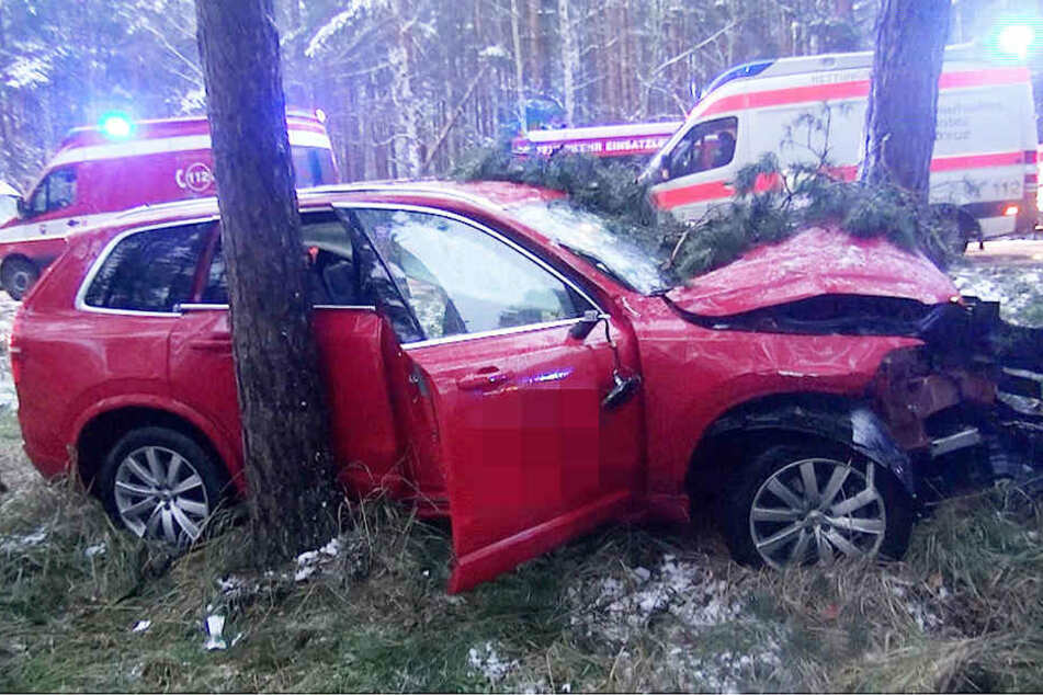 Der rote Volvo war bei Flechtingen von der Straße abgekommen und frontal gegen einen Baum geprallt.