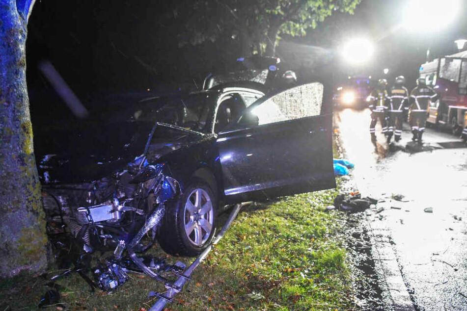 Durch den Aufprall wurde das Fahrzeug an einen Baum geschleudert.