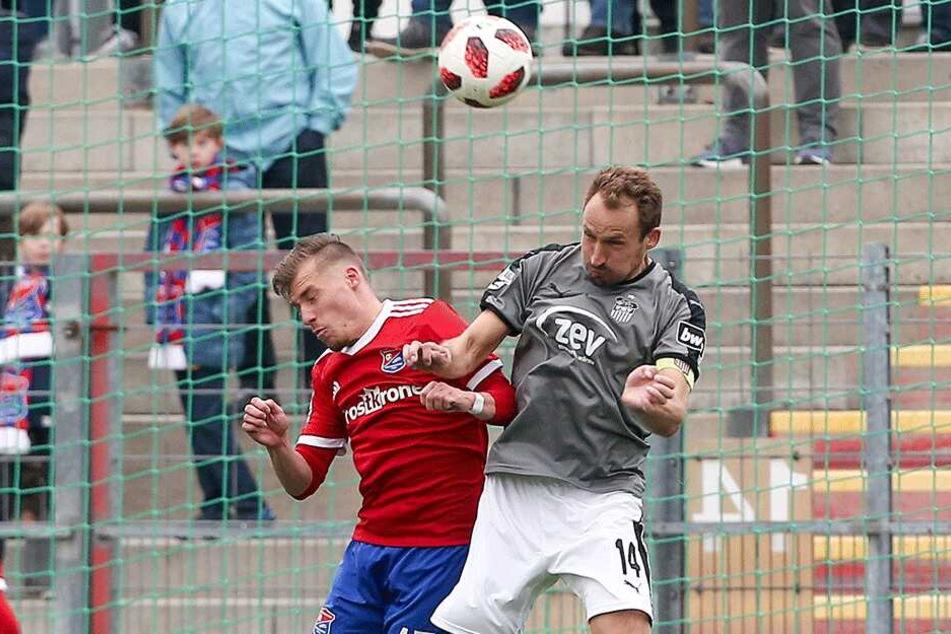 FSV-Kapitän Toni Wachsmuth (r.) ist derzeit als Kicker auf dem Rasen - hier gegen Unterhachings Dominik Widemann - und als künftiger Sportchef am Schreibtisch gefordert.