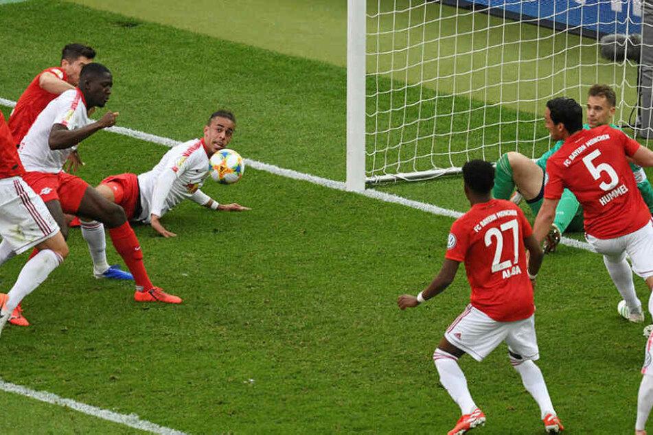 Eine Szene, die im Nachgang Ralf Rangnick bitter aufstoßen ließ: Nach Manuel Neuers pariertem Poulsen-Kopfball wurde Ibrahima Konaté (l.) von Robert Lewandowski gehalten und fiel. Elfmeter gab es nicht.