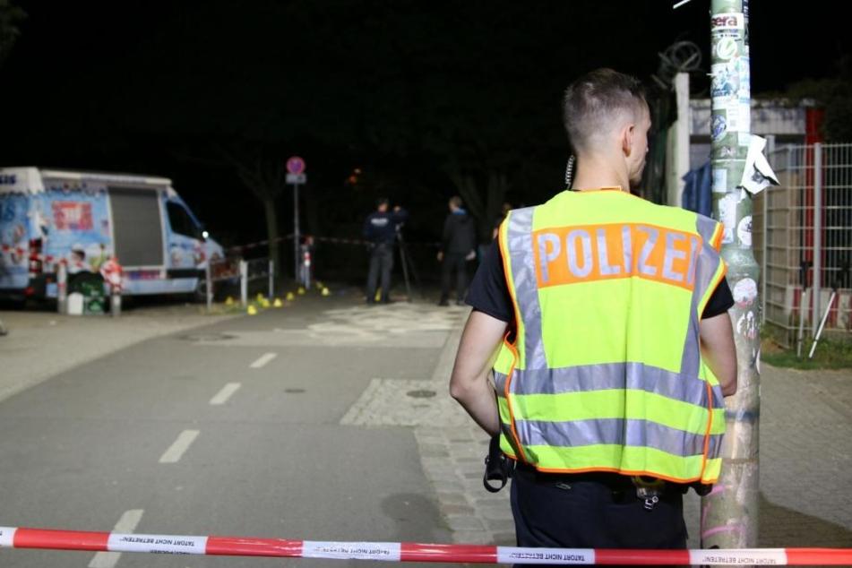 Bis gegen 0.30 Uhr suchte die Polizei den Tatort noch nach weiteren Spuren ab, die Feuerwehr leuchtete die Oderstraße aus.
