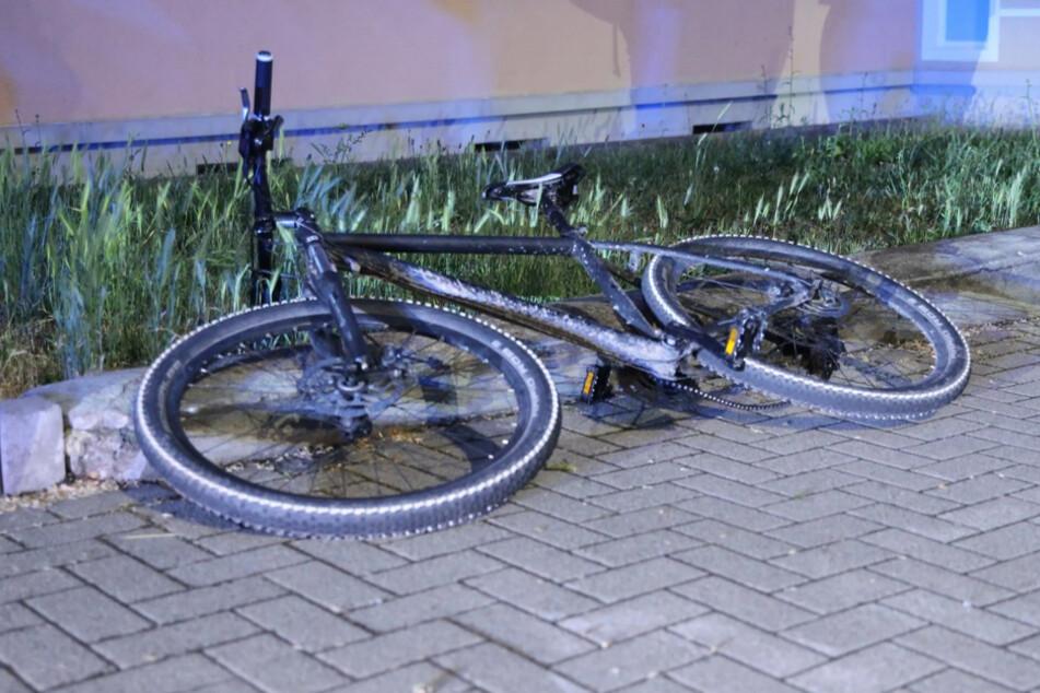 Das Fahrrad liegt nach dem Unfall auf dem Boden.