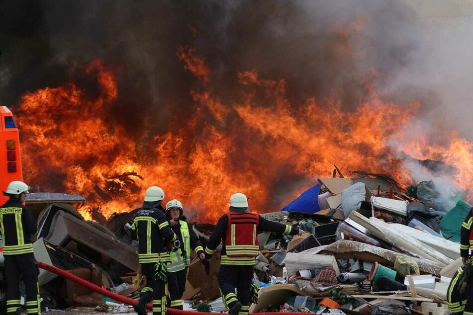 Holzpaletten und Sperrmüll gerieten in Brand.