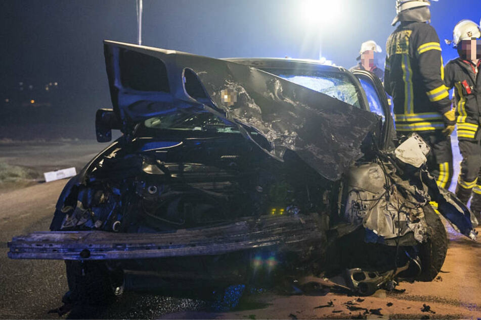 Der Zusammenstoß muss mit großer Wucht erfolgt sein, wie die Verformungen an diesem Wagen zeigen.