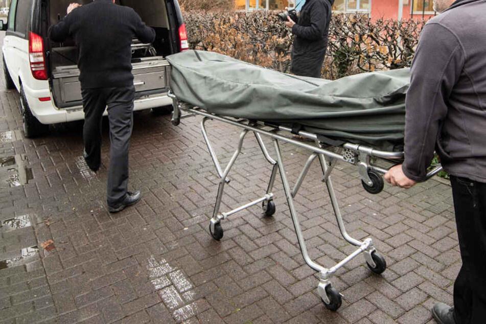 Der 42-Jährige starb noch auf dem Busparkplatz (Symbolbild).
