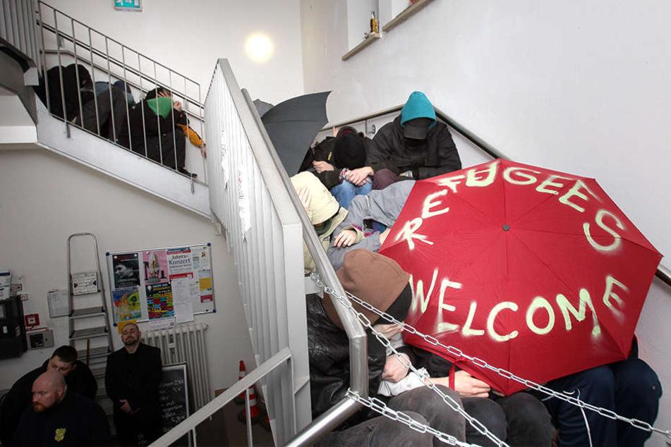 Die Demonstranten ketteten sich an das Geländer.