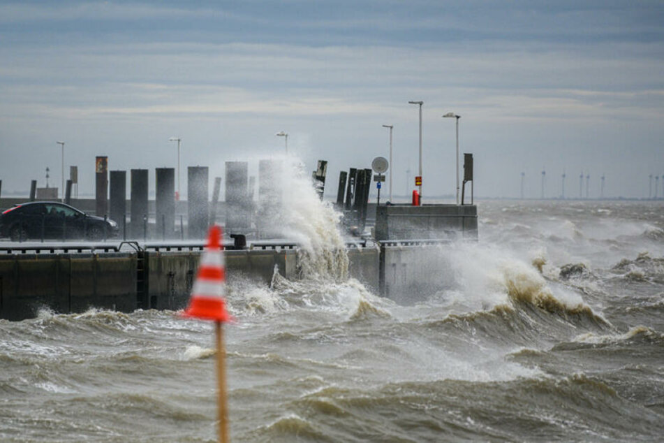 Enormer Wellengang an der Nordseeküste in Wilshelmshaven.