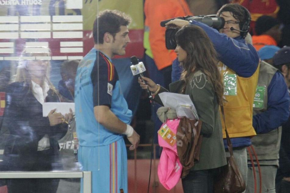 Diese Szene sorgte 2010 für Wirbel: Sara interviewte ihren Freund bei der WM in Südafrika, war bei den Spielen der Spanier stets am Spielfeldrand dabei.