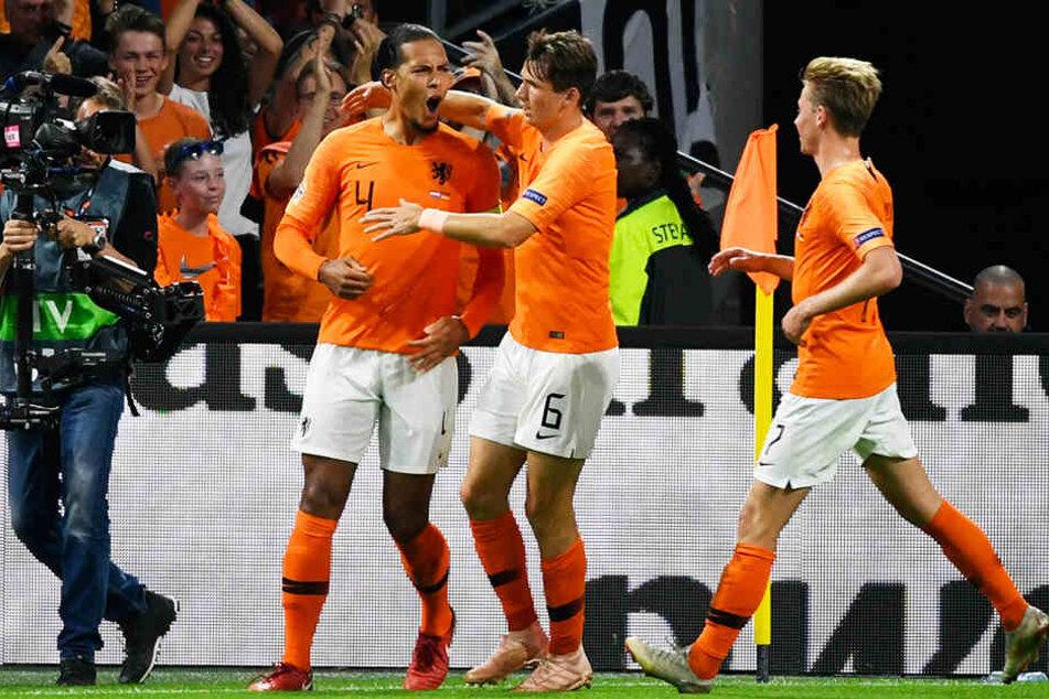 Die Niederlande gehen in Führung: Kapitän Virgil van Dijk (l.) bejubelt mit seinen Kollegen Marten de Roon (M.) und Frenkie de Jong (r.) sein 1:0.
