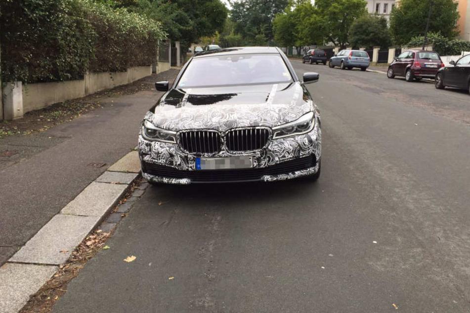 Der Wagen ist in der Einsteinstraße geparkt.