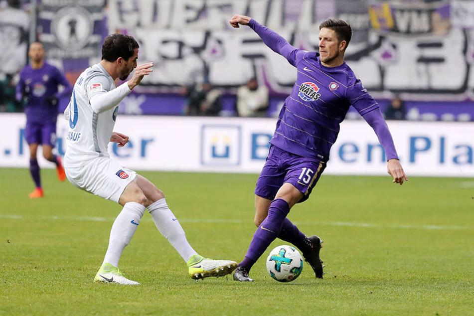 Dennis Kempe verteidigt den Ball gegen Heidenheims Norman Theuerkauf.